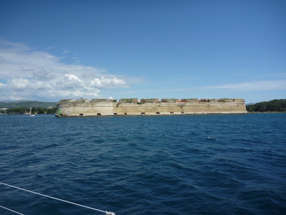 Pevnost Sv. Nikola u ústí kanálu.