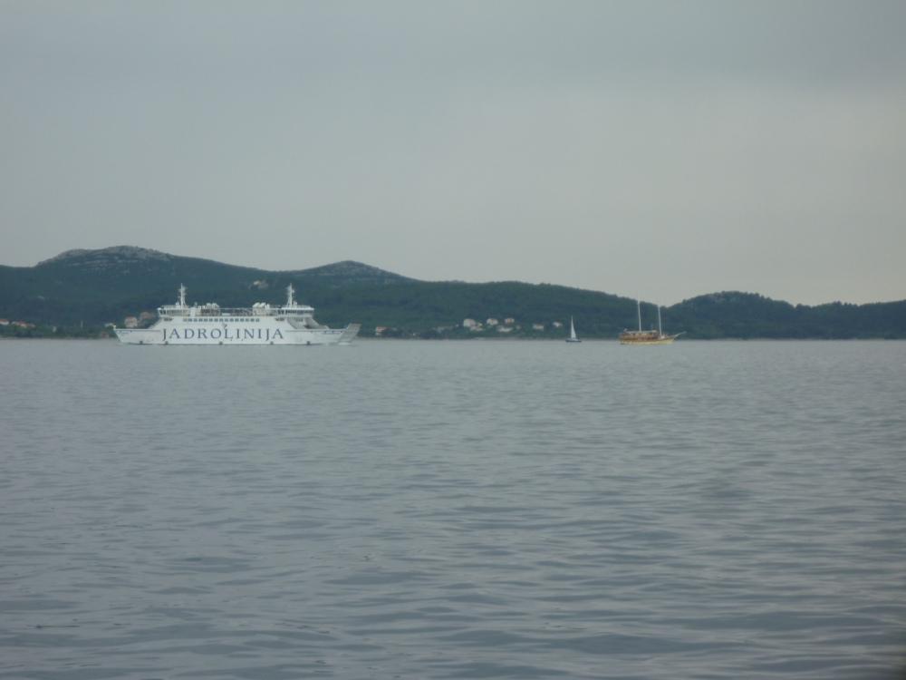 Páteční provoz. Jadrolinka, turistický dvojstožárník a plachetnice.