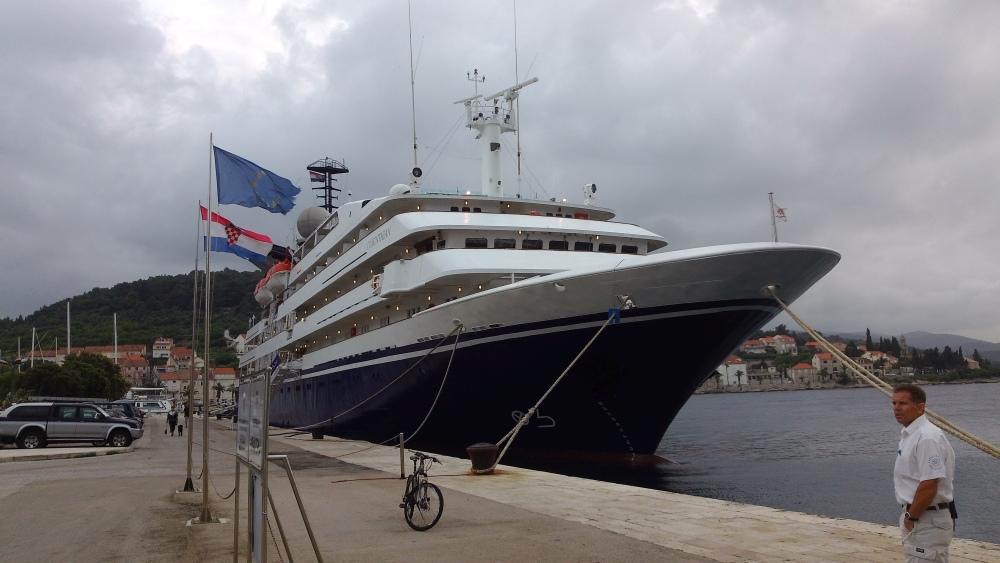 Pasažérská loď Conrinthian. Délka 88 metrů, výtlak 4077 tun. Registrovaná na Maltě.