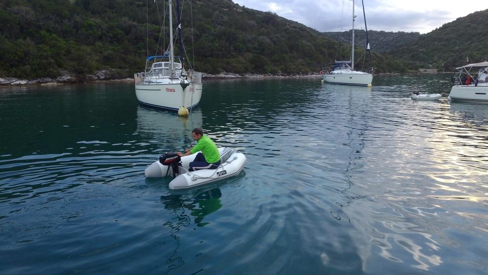 Honza si osvojuje ovládání člunu.