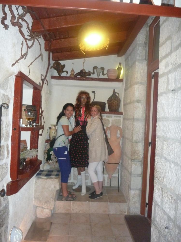 Čarodějnice (uprostřed) u restaurace Labirint