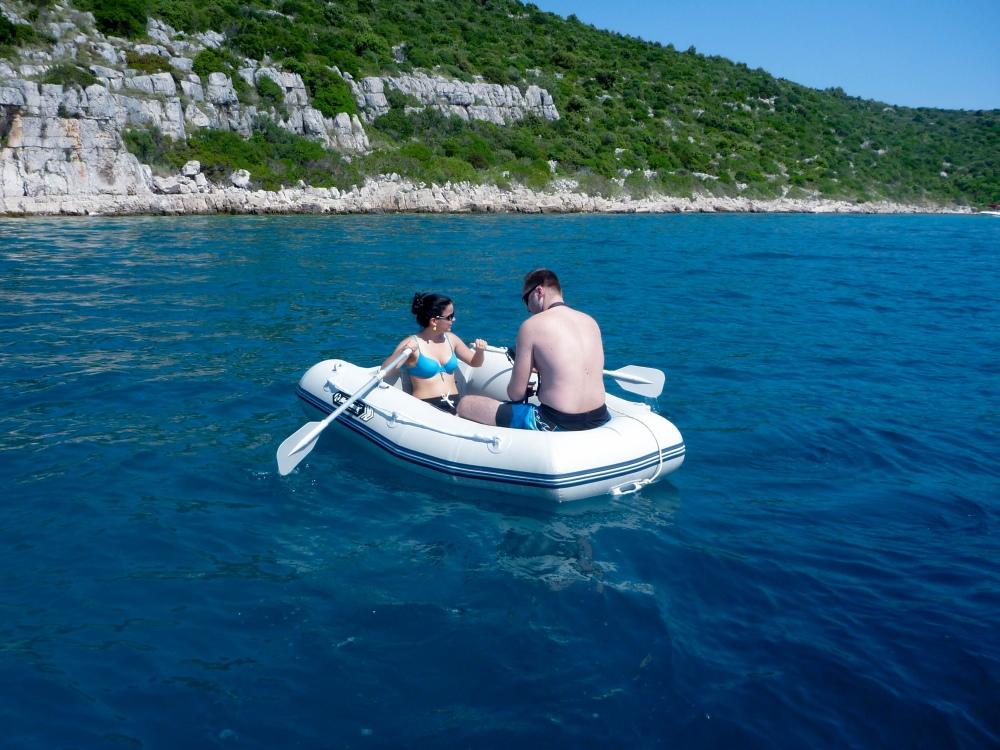 Osádce člunu právě začíná docházet, že si měli sednout opačně :)