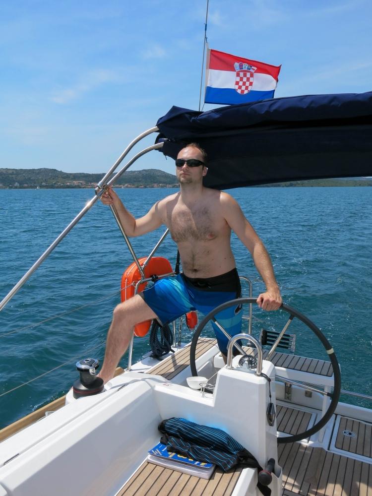 Michal pluje na vítr, my mu hlídáme vzdálenost od břehu