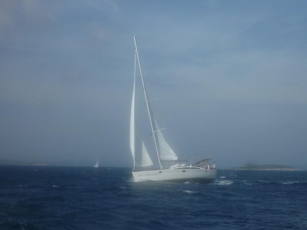 JAM SESSION vyplouvala ze Sali po nás. Chvíli jsme spolu křižovali, ale větší loď nás brzy nechala za sebou