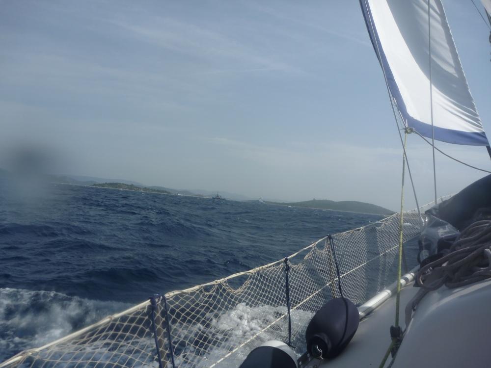 Křižujeme v uctivé vzdálenosti od rybářů