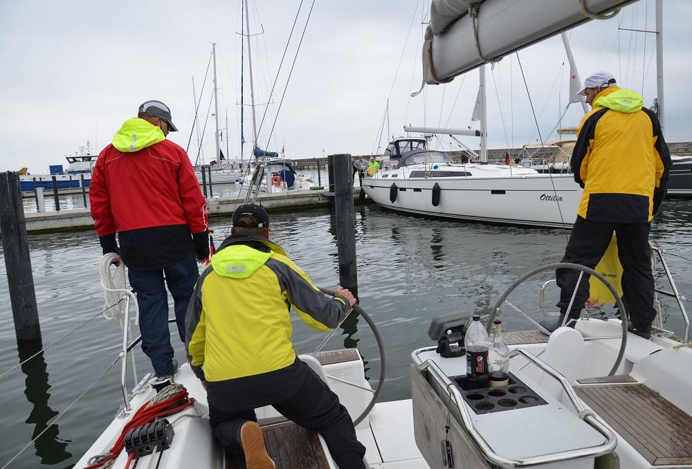 Přistání nebo vyjetí z kůlové maríny zaměstnalo pět lidí z posádky. Ale třeba v Sassnitzu jsme potkali pohodáře, který s dvanáctimetrovou lodí přistál sám.