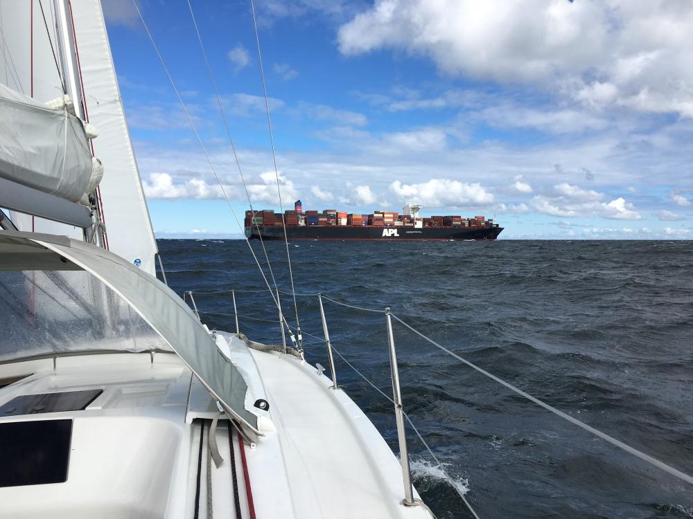 Kontejnery na východ, cisterny na západ, na Baltu je docela provoz.