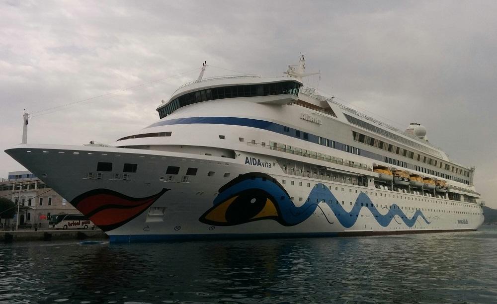 Loď, co vypadá, že má pořád dobrou náladu.
