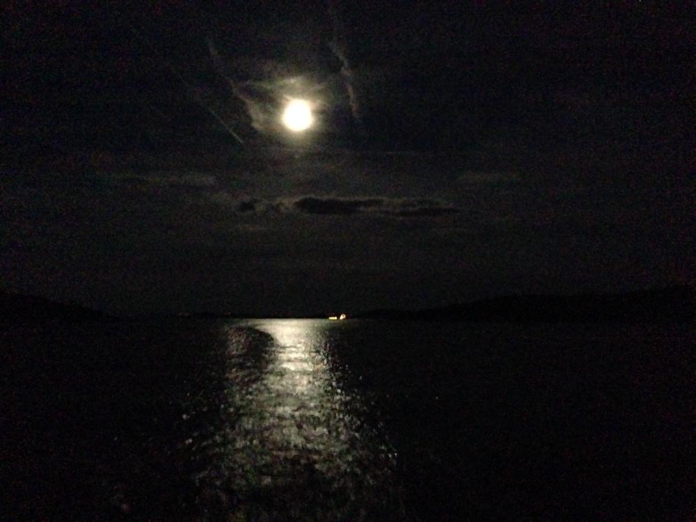Takhle nám Měsíc svítil na poslední část dnešní plavby.