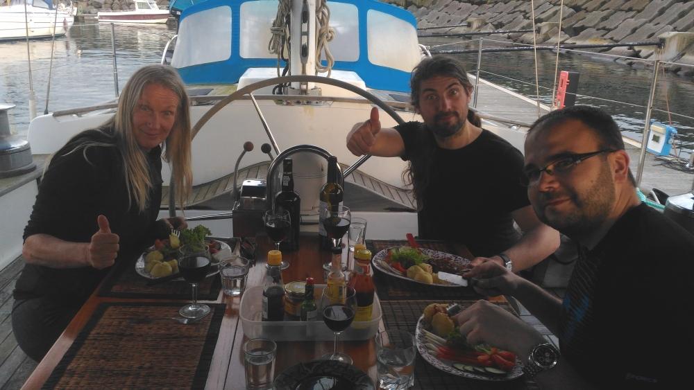 Večeře u Yvonne v kokpitu.
